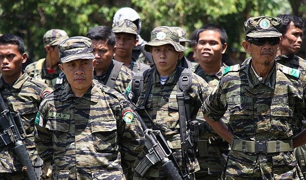 Philippine fighters to hand over first weapons