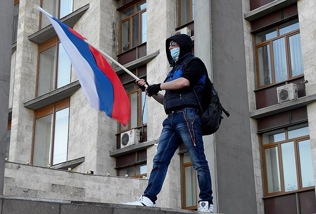 Ukraine separatists free 56 hostages from seized building