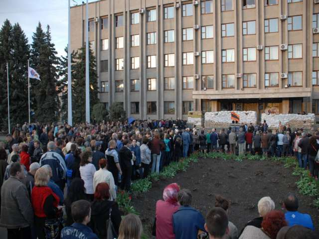 Pro-Kiev activists drowned out by separatists in Ukraine's east