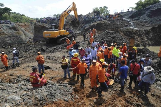 Illegal gold mine collapses in Colombia