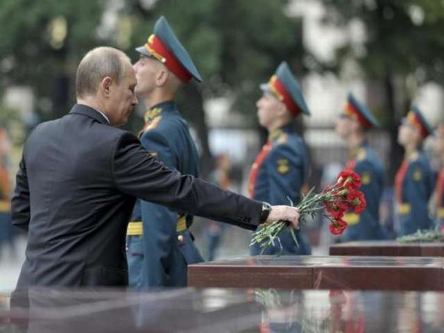 Leaders gather for D-Day tribute, hope for thaw on Ukraine