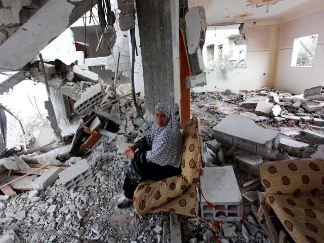 Thousands of displaced Gazans return to homes