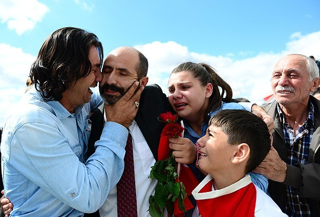 Jubilant crowds greet freed Turkish hostages