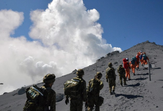 Recovery of Japan volcano victims suspended