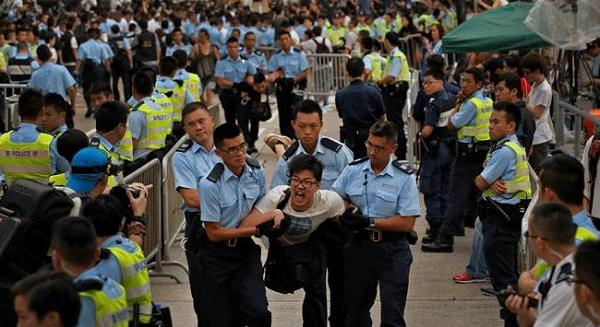 Hong Kong police 'order protest leaders to surrender'