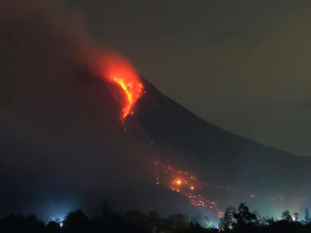 Observers fear Indonesian eruption as 50,000 evacuated