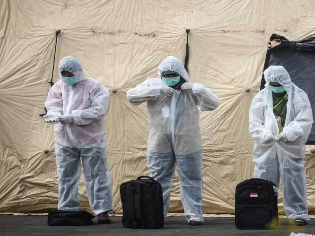 Sierra Leone Ebola burial workers dump bodies in pay protest