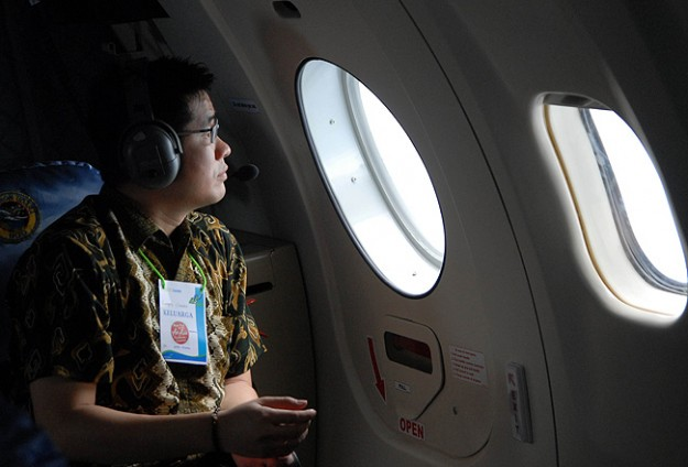 Search teams battle rough weather in hunt for AirAsia wreck