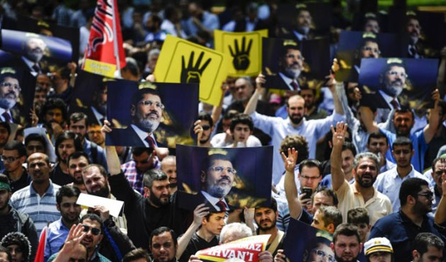 Hundreds protest Morsi death penalty in Istanbul