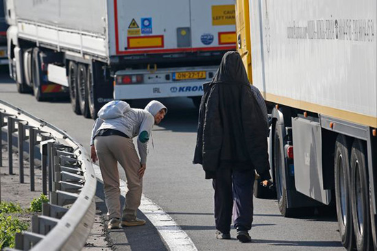 Refugees cause chaos in Calais tunnel