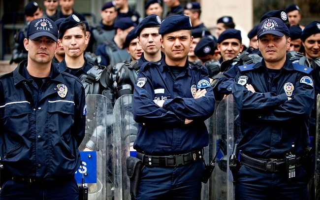 Turkish police saluted over bomb plot arrests