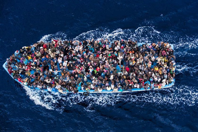 Mediterranean migrant crossings top 300,000 in 2015