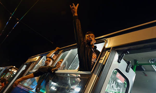 Austria welcomes first refugee buses from Hungary