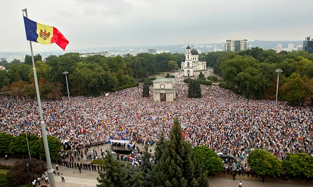 Moldovan protesters set up camp over 'fraud of century'