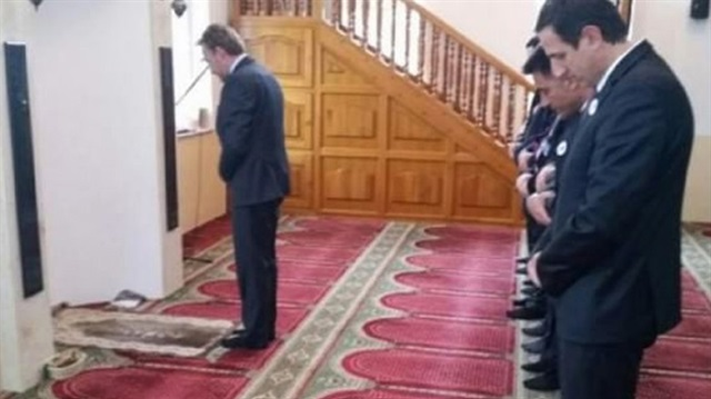 Bosnian leader Izetbegovic leads prayer in mosque