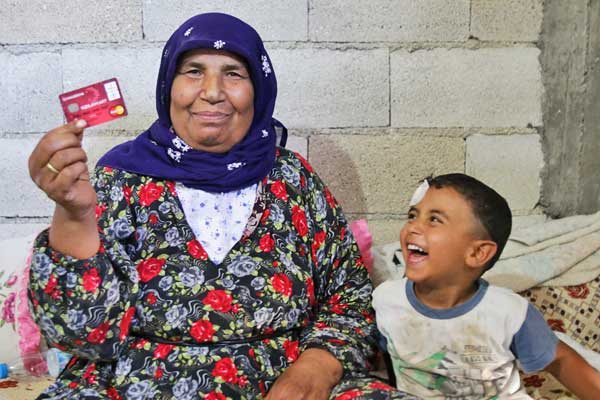 Turkey: e-Food cards to Syrian refugees' help