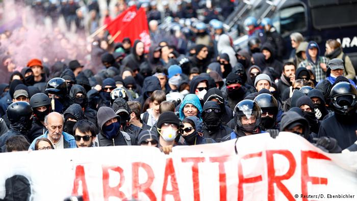 Protesters clash with police at Italy-Austria border