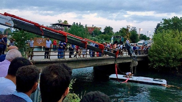 Bus plunges into irrigation channel in Turkey, 12 dead