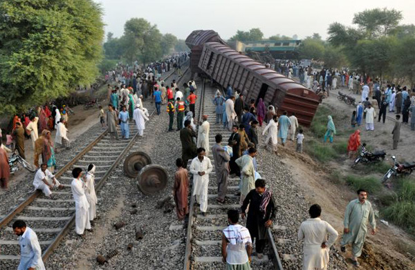 2 killed in Pakistan train accident