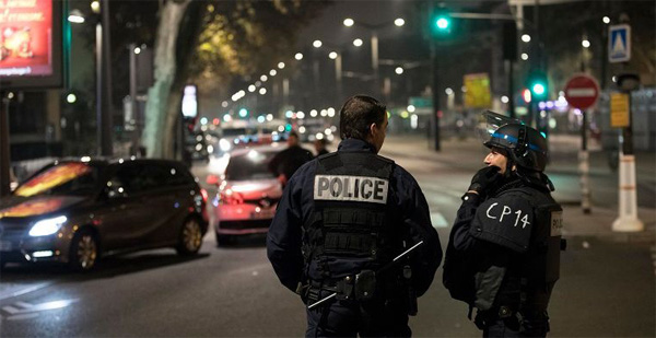 Hostages safe in Paris armed robbery, thief on the run