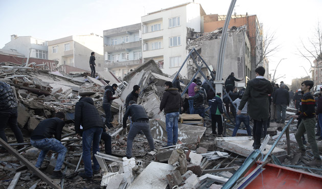 1 killed, 5 injured in building collapse in Istanbul