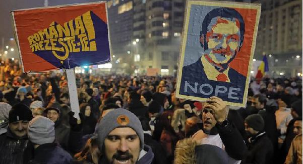 Thousands protest as Romania relaxes corruption law