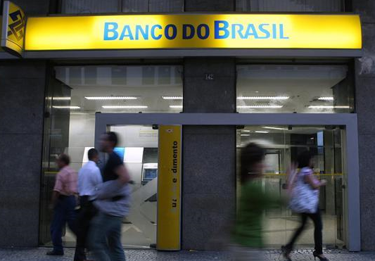 Brazilians flock to withdraw stimulus plan cash