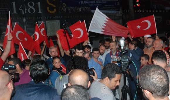 Turks protest Gulf row in Istanbul