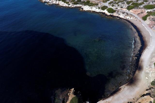 Greek oil spill spreads to Athens beaches