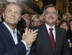 Komorowski leads in Polish polls with tight run-off vote