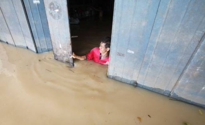 Thousands displaced in deadly Malaysia floods