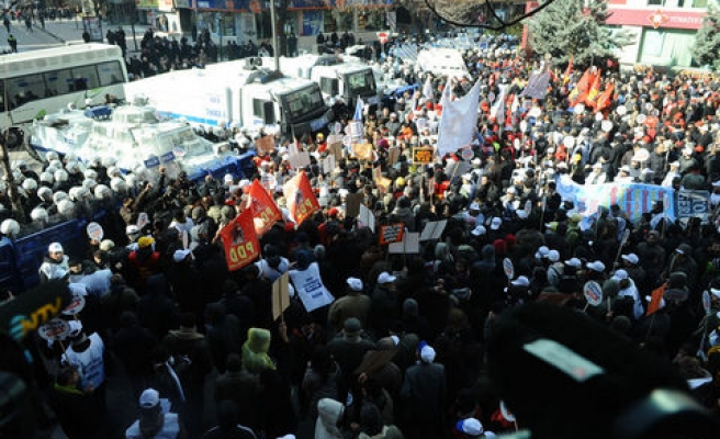 Turkish workers protest sack law, scuffle with police