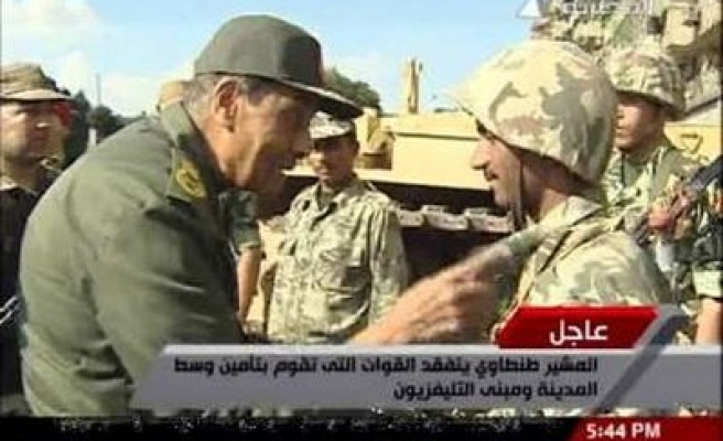 Egypt defence min, army leaders in Tahrir square