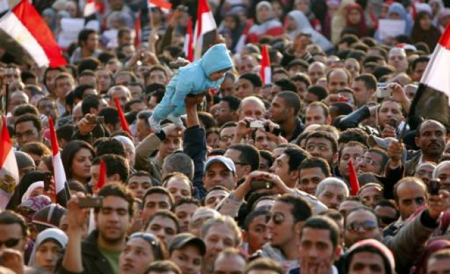 New protesters flood Egypt protest square