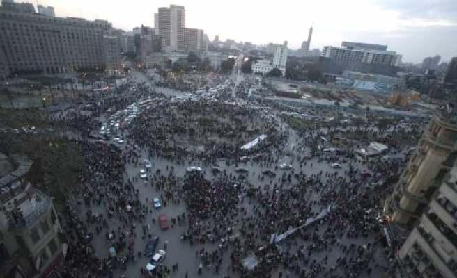 Egypt army surrounds last protesters in Tahrir
