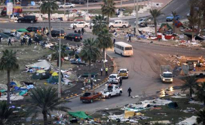 Deaths as Bahrain storms protest camp - VIDEO