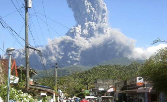 Hundreds flee ash-spewing volcano in Philippines