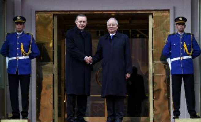 Turkish premier welcomes Malaysian counterpart