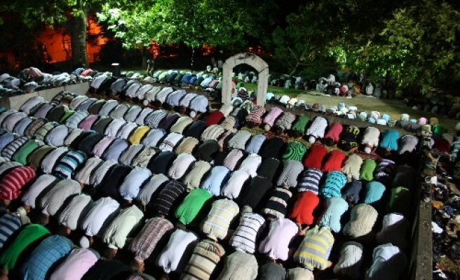 Open-air Ottoman mosque holds first terawih prayer in 600 years