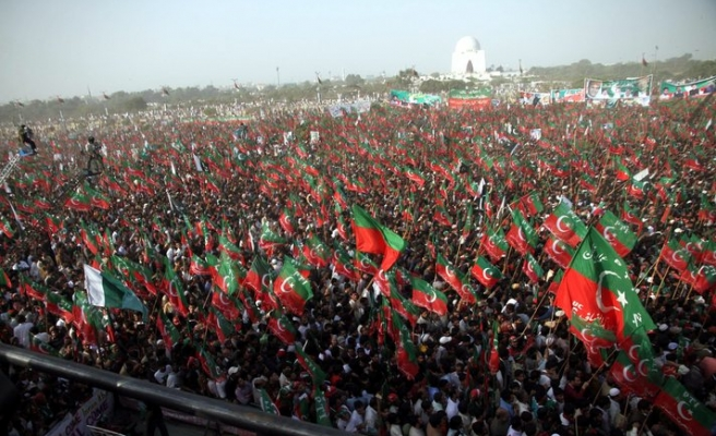 Mob attacks convoy of Pakistani opposition leader Khan -UPDATED