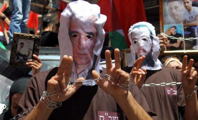 Palestinians rally for hunger-striking detainees