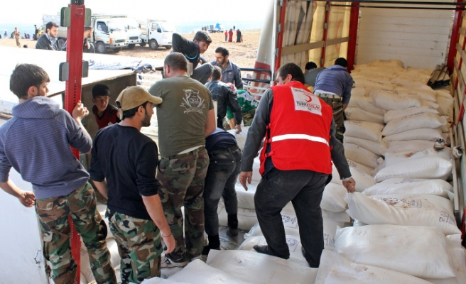 Turkish Red Crescent in Syria's border for aid