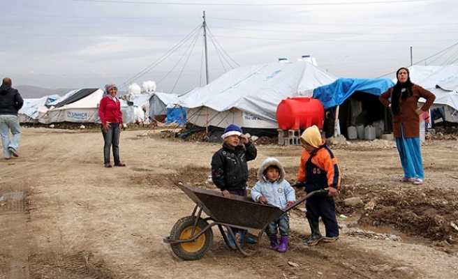Syrian refugees struggle against cold