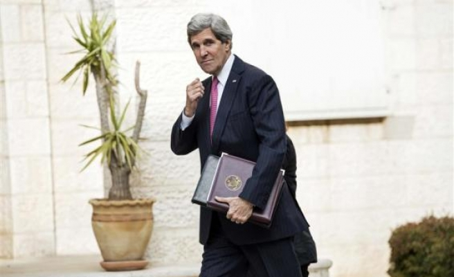 Kerry makes unannounced visit to Tunisia
