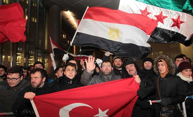Turkish PM greeted in Germany by cheering crowds