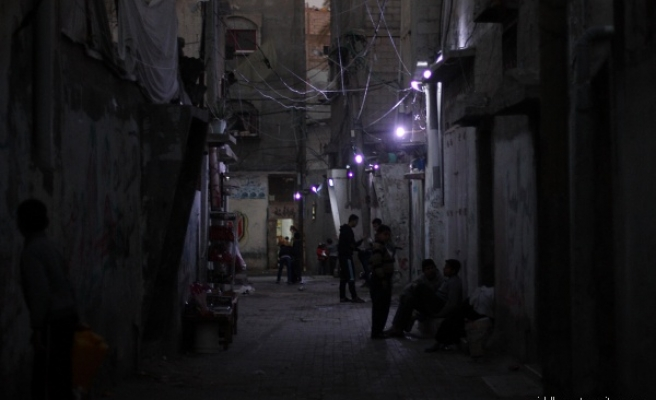 Gazans use car batteries to light streets