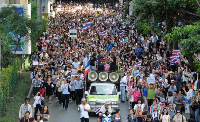 Thai protesters surround government headquarters