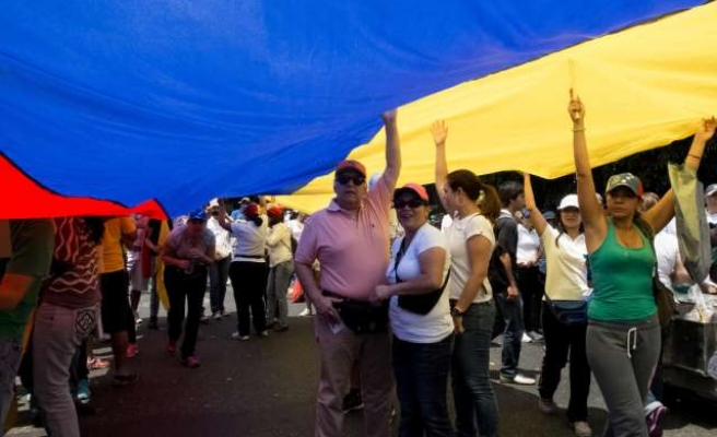 Protests and talks widen rifts in Venezuela opposition