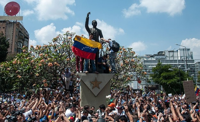 Venezuela unrest death toll rises, students fight troops