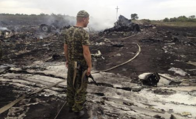 Experts try to reach Ukraine crash site amid clashes